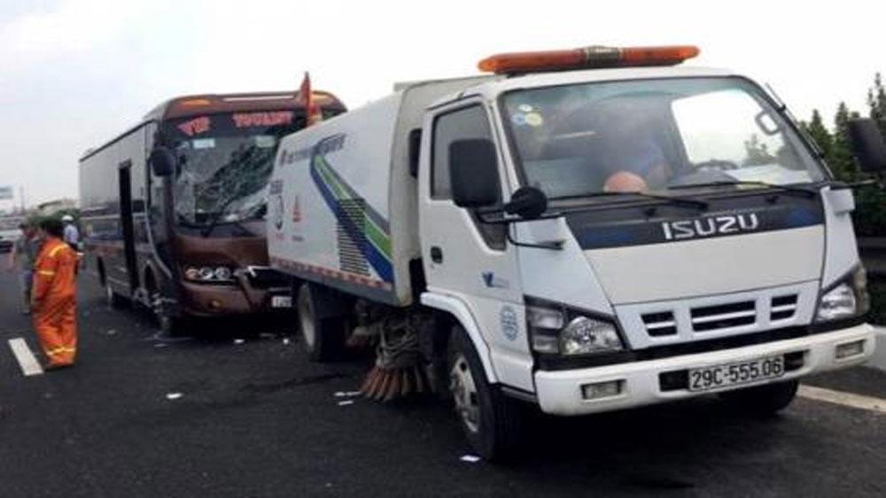 Xe khách va chạm với xe vệ sinh đường cao tốc, 5 người nhập viện